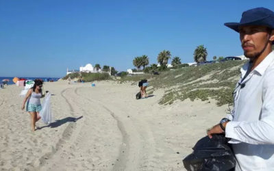 Sur la plage, l'homme aux sacs poubelles